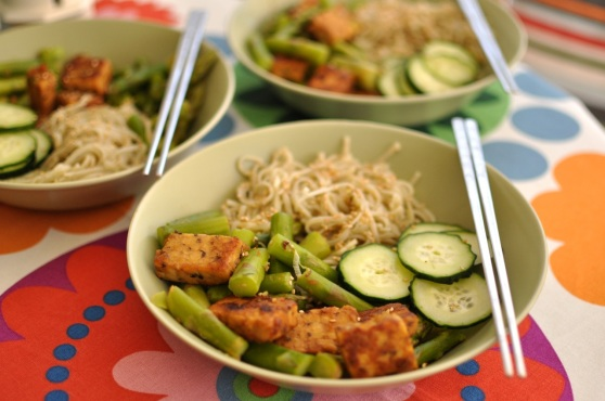 soba with tempeh, asparagus and cucumber